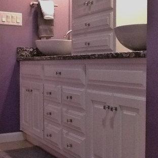 他の地域の中くらいのコンテンポラリースタイルのおしゃれな浴室 (レイズドパネル扉のキャビネット、白いキャビネット、ドロップイン型浴槽、シャワー付き浴槽、分離型トイレ、ベージュのタイル、セラミックタイル、紫の壁、セラミックタイルの床、ベッセル式洗面器、御影石の洗面台) の写真