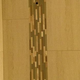 Foto di una stanza da bagno contemporanea di medie dimensioni con vasca ad alcova, vasca/doccia, piastrelle beige e piastrelle in gres porcellanato
