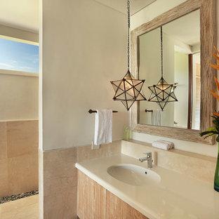 Idee per una stanza da bagno tropicale di medie dimensioni con ante lisce, ante con finitura invecchiata, doccia aperta, piastrelle beige, piastrelle di marmo, pareti beige, pavimento in marmo, lavabo da incasso, pavimento beige e doccia aperta