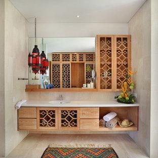 Foto di una stanza da bagno con doccia tropicale con ante con finitura invecchiata, doccia aperta, WC a due pezzi, lavabo sottopiano e doccia aperta