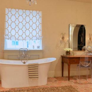 Foto di una grande stanza da bagno padronale mediterranea con vasca freestanding, piastrelle multicolore, pareti beige e pavimento in terracotta