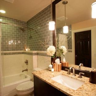 Immagine di una stanza da bagno minimal con lavabo sottopiano, ante lisce, ante in legno bruno, top in granito, vasca ad alcova, vasca/doccia, WC a due pezzi, piastrelle bianche, piastrelle in ceramica, pareti beige e pavimento in travertino