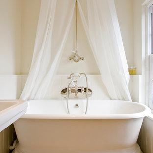 Foto di una stanza da bagno vittoriana con vasca freestanding e pareti beige