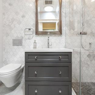 サンフランシスコの小さいコンテンポラリースタイルのおしゃれなバスルーム (浴槽なし) (シェーカースタイル扉のキャビネット、グレーのキャビネット、アルコーブ型シャワー、壁掛け式トイレ、グレーのタイル、大理石タイル、白い壁、大理石の床、アンダーカウンター洗面器、珪岩の洗面台、グレーの床、開き戸のシャワー、洗面台1つ) の写真