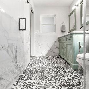 Immagine di una grande stanza da bagno con ante turchesi, pistrelle in bianco e nero, piastrelle in gres porcellanato, pavimento in gres porcellanato, top in marmo e pavimento multicolore