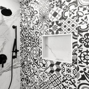 Großes Badezimmer mit türkisfarbenen Schränken, schwarz-weißen Fliesen, Porzellanfliesen, Porzellan-Bodenfliesen, Marmor-Waschbecken/Waschtisch und buntem Boden in Los Angeles