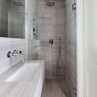 Inspiration för ett litet funkis grå grått en-suite badrum, med släta luckor, grå skåp, en öppen dusch, grå kakel, porslinskakel, grå väggar, klinkergolv i keramik, ett väggmonterat handfat, bänkskiva i kvarts, grått golv och dusch med gångjärnsdörr