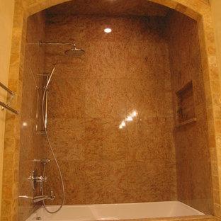 Idee per una piccola stanza da bagno padronale mediterranea con consolle stile comò, ante in legno bruno, vasca sottopiano, doccia doppia, WC monopezzo, piastrelle marroni, piastrelle in pietra, pareti beige, pavimento in marmo, lavabo sottopiano, top in marmo, pavimento beige e porta doccia a battente