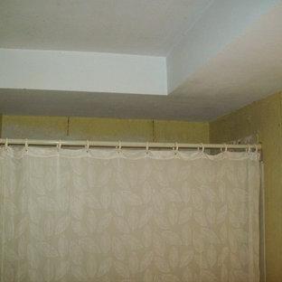 Идея дизайна: маленькая главная ванная комната в классическом стиле с монолитной раковиной, фасадами островного типа, черными фасадами, столешницей из оникса, отдельно стоящей ванной, душем над ванной, раздельным унитазом, бежевой плиткой, цементной плиткой, серыми стенами и полом из керамической плитки