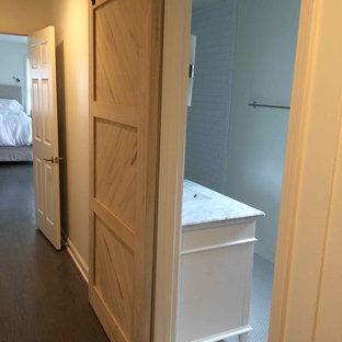 Ejemplo de cuarto de baño con ducha, rural, grande, con armarios estilo shaker, puertas de armario de madera en tonos medios, sanitario de dos piezas, paredes blancas, suelo con mosaicos de baldosas, lavabo bajoencimera y encimera de cuarzo compacto