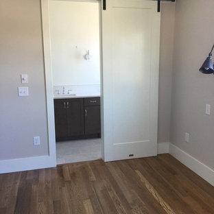 Modelo de cuarto de baño con ducha, campestre, de tamaño medio, con armarios estilo shaker, puertas de armario de madera en tonos medios, paredes blancas, suelo de baldosas de cerámica, lavabo bajoencimera y encimera de cuarzo compacto