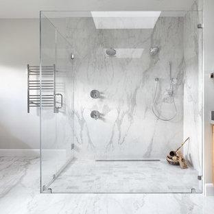 Foto på ett stort funkis grå en-suite badrum, med släta luckor, en kantlös dusch, vit kakel, grå kakel, grå väggar, ett undermonterad handfat, skåp i mellenmörkt trä, marmorkakel, marmorgolv, bänkskiva i kvarts, grått golv och med dusch som är öppen