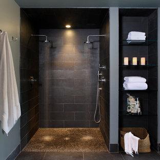 Свежая идея для дизайна: ванная комната в современном стиле с полом из галечной плитки и двойным душем - отличное фото интерьера