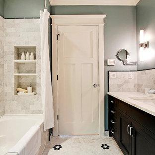 Rustikales Badezimmer mit Schrankfronten im Shaker-Stil, dunklen Holzschränken, Marmor-Waschbecken/Waschtisch, grauen Fliesen und Keramikfliesen in Seattle