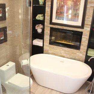 Exempel på ett mellanstort modernt en-suite badrum, med ett fristående badkar, en toalettstol med hel cisternkåpa, beige kakel, beige väggar, klinkergolv i porslin, släta luckor, skåp i mörkt trä, en dusch i en alkov, mosaik, ett nedsänkt handfat, granitbänkskiva och dusch med skjutdörr