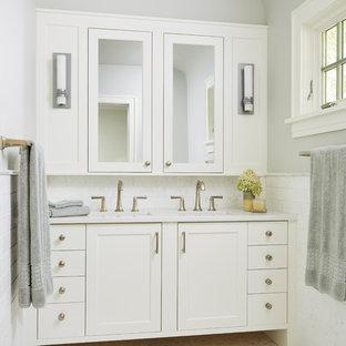 Modelo de cuarto de baño principal, clásico renovado, grande, con armarios con paneles empotrados, puertas de armario grises, bañera encastrada, ducha empotrada, sanitario de una pieza, baldosas y/o azulejos blancos, baldosas y/o azulejos de cerámica, suelo de pizarra, lavabo bajoencimera, encimera de granito, suelo amarillo y ducha abierta