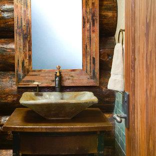Ispirazione per una piccola sauna american style con ante con finitura invecchiata, top in legno, piastrelle verdi, pareti marroni, lavabo a bacinella, nessun'anta, vasca da incasso, WC a due pezzi, piastrelle diamantate e pavimento con piastrelle in ceramica