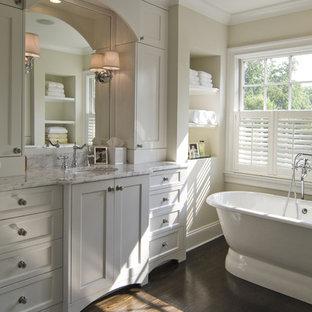 Ejemplo de cuarto de baño clásico con lavabo bajoencimera, armarios estilo shaker, puertas de armario blancas y bañera exenta