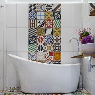 Diseño de cuarto de baño principal, mediterráneo, con lavabo sobreencimera, encimera de madera, bañera exenta, baldosas y/o azulejos multicolor, baldosas y/o azulejos de piedra, paredes multicolor, suelo multicolor y encimeras marrones