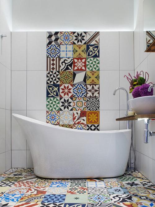 Mediterranes Badezimmer En Suite Mit Aufsatzwaschbecken, Waschtisch Aus  Holz, Freistehender Badewanne, Farbigen Fliesen