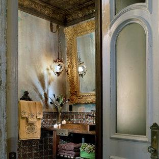 Пример оригинального дизайна: ванная комната в средиземноморском стиле с металлической плиткой