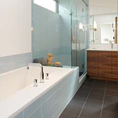 modern bathroom by CITYDESKSTUDIO, Inc.