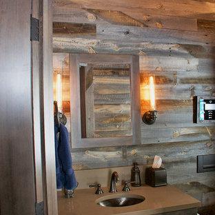 Ejemplo de cuarto de baño principal, rústico, de tamaño medio, con bañera japonesa, baldosas y/o azulejos negros, baldosas y/o azulejos de pizarra, paredes grises y suelo marrón
