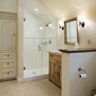 Foto de cuarto de baño rústico con ducha esquinera y suelo de ladrillo