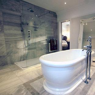 Mittelgroßes Shabby-Style Kinderbad mit freistehender Badewanne, Nasszelle, beigefarbenen Fliesen, Marmorfliesen, beiger Wandfarbe, Marmorboden, beigem Boden und offener Dusche in London