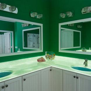 Foto de cuarto de baño principal, costero, grande, con armarios con rebordes decorativos, puertas de armario blancas, bañera exenta, ducha esquinera, losas de piedra, paredes verdes, suelo de madera clara, lavabo bajoencimera, encimera de ónix y encimeras verdes