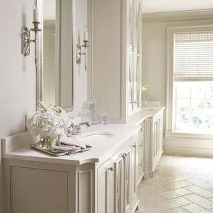 Großes Klassisches Badezimmer En Suite mit Schrankfronten im Shaker-Stil, weißen Schränken, weißer Wandfarbe, Kalkstein, Unterbauwaschbecken und Mineralwerkstoff-Waschtisch in Chicago