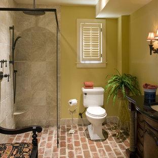 Foto di una stanza da bagno classica con pareti gialle e pavimento in mattoni