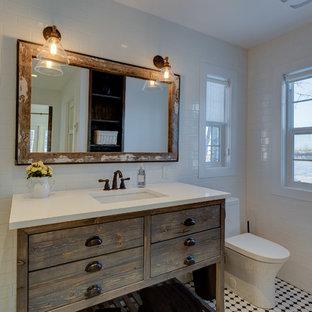 Свежая идея для дизайна: маленькая главная ванная комната в стиле кантри с открытыми фасадами, искусственно-состаренными фасадами, белой плиткой, керамической плиткой, белыми стенами, полом из керамической плитки и столешницей из искусственного кварца - отличное фото интерьера