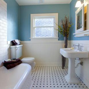 Kleines Klassisches Duschbad mit Glasfronten, weißen Schränken, Eckbadewanne, Wandtoilette mit Spülkasten, blauer Wandfarbe, Keramikboden und Sockelwaschbecken in Chicago