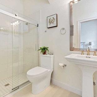 Esempio di una piccola stanza da bagno stile shabby con doccia aperta, WC a due pezzi, piastrelle bianche, piastrelle in ceramica, pareti bianche, pavimento alla veneziana, lavabo a colonna, pavimento beige e porta doccia scorrevole