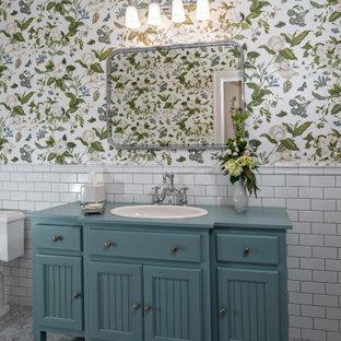 Esempio di una stanza da bagno tropicale con ante in stile shaker, ante blu, piastrelle bianche, piastrelle diamantate, pareti multicolore, pavimento con piastrelle a mosaico, lavabo da incasso, top in legno, pavimento grigio, top blu, un lavabo e mobile bagno freestanding