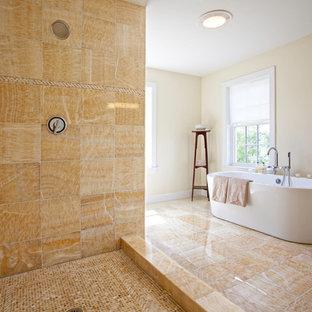 Пример оригинального дизайна: большая главная ванная комната в современном стиле с отдельно стоящей ванной, плоскими фасадами, коричневыми фасадами, угловым душем, унитазом-моноблоком, бежевой плиткой, разноцветной плиткой, бежевыми стенами, полом из керамогранита и раковиной с несколькими смесителями