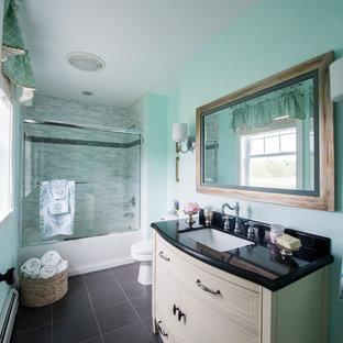 Cette photo montre une salle de bain romantique.