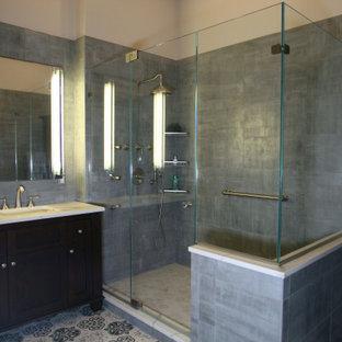 Неиссякаемый источник вдохновения для домашнего уюта: большая главная ванная комната в стиле современная классика с коричневыми фасадами, угловым душем, унитазом-моноблоком, серой плиткой, керамогранитной плиткой, серыми стенами, полом из керамогранита, врезной раковиной, столешницей из искусственного кварца, разноцветным полом, душем с распашными дверями, белой столешницей, унитазом, тумбой под одну раковину, напольной тумбой, сводчатым потолком, кирпичными стенами и фасадами с выступающей филенкой