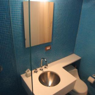 Kleines Modernes Badezimmer En Suite mit Unterbauwaschbecken, weißen Schränken, Quarzwerkstein-Waschtisch, offener Dusche, Toilette mit Aufsatzspülkasten, blauen Fliesen, offenen Schränken, blauer Wandfarbe, Glasfliesen, Mosaik-Bodenfliesen, blauem Boden, offener Dusche, Eckbadewanne, weißer Waschtischplatte, WC-Raum, Einzelwaschbecken, schwebendem Waschtisch und gewölbter Decke in New York