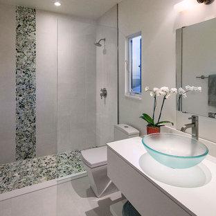 Esempio di una stanza da bagno padronale design di medie dimensioni con ante bianche, doccia alcova, WC monopezzo, piastrelle grigie, piastrelle di ciottoli, pareti bianche, lavabo a bacinella, top in quarzo composito, pavimento grigio e doccia aperta