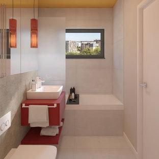 フェニックスの小さいモダンスタイルのおしゃれなマスターバスルーム (家具調キャビネット、赤いキャビネット、アルコーブ型浴槽、壁掛け式トイレ、白いタイル、セラミックタイル、白い壁、セラミックタイルの床、ベッセル式洗面器、ラミネートカウンター、白い床、赤い洗面カウンター、シャワー付き浴槽) の写真