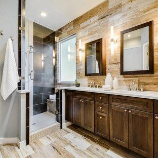 Mittelgroßes Klassisches Badezimmer En Suite mit Schrankfronten im Shaker-Stil, dunklen Holzschränken, Wandtoilette mit Spülkasten, weißen Fliesen, Terrakottafliesen, bunten Wänden, Travertin, Einbauwaschbecken und Quarzwerkstein-Waschtisch in Austin