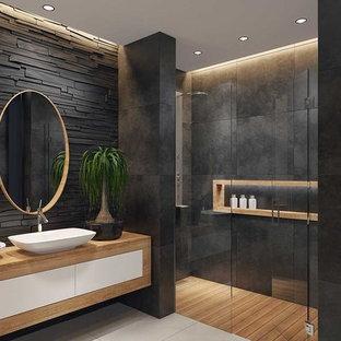 Mittelgroßes Modernes Duschbad mit hellen Holzschränken, offener Dusche, Schieferfliesen, grauer Wandfarbe, grauem Boden, Falttür-Duschabtrennung und Porzellan-Bodenfliesen in Essex