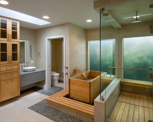 Salle de bain avec un bain japonais et un sol en galet : Photos et ...
