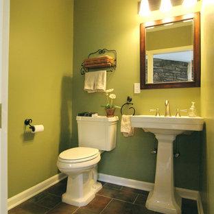 Idéer för mellanstora vintage badrum med dusch, med öppna hyllor, en toalettstol med hel cisternkåpa, gröna väggar, skiffergolv, ett piedestal handfat och bänkskiva i akrylsten