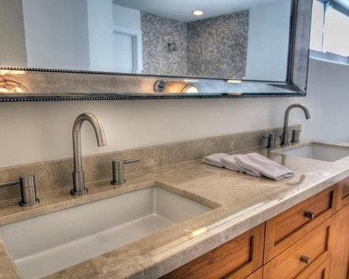 Stanza da bagno con pavimento in vinile e piastrelle marroni foto