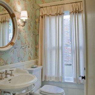 Diseño de cuarto de baño con ducha, marinero, de tamaño medio, con sanitario de dos piezas, suelo de linóleo, lavabo suspendido, paredes multicolor y suelo multicolor