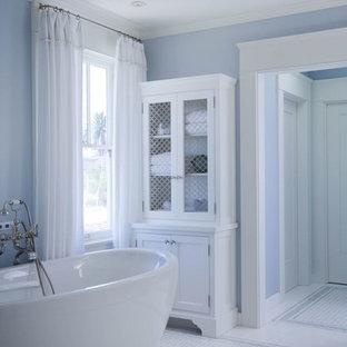 Immagine di una grande stanza da bagno padronale chic con ante in stile shaker, ante bianche, vasca freestanding, pareti blu, pavimento in linoleum, lavabo sottopiano, vasca/doccia, pavimento bianco e doccia aperta