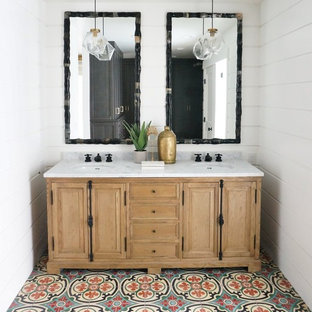 Пример оригинального дизайна: ванная комната среднего размера в средиземноморском стиле с столешницей из гранита, фасадами островного типа, светлыми деревянными фасадами, раздельным унитазом, бежевой плиткой, синей плиткой, красной плиткой, керамической плиткой, белыми стенами, полом из мозаичной плитки, душевой кабиной и врезной раковиной
